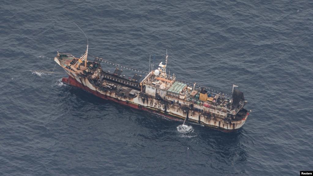 厄瓜多尔海军在加拉帕戈斯群岛附近的太平洋海域上监视一支大多插着中国国旗的渔船船队中的一艘渔船。(2020年8月7日)