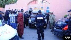 Para petugas kepolisian Maroko menunggu di luar kamar jenazah di Marrakesh sebelum membawa jenazah dua turis Skandinavia yang dibunuh, ke bandara, 20 Desember 2018.