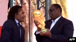 Le champion du monde de 1998 Christian Karembeu et le président sénégalais Macky Sall, à Dakar, le 11 mars 2018.