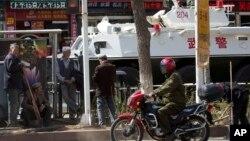 지난 5월 중국 신장위그루 자치구에 무장경찰 차량이 서있다. (자료사진)