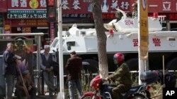 Urumçi sokaklarında bekletilen bir zırhlı polis aracı