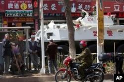 중국 신장 위그루 자치구의 주도 우루무치의 거리에서 삽질을 하던 남성들이 휴식을 취하고 있다. (자료사진)
