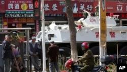 2014年5月1日,中国新疆乌鲁木齐发生暴力事件之后,当地加强了治安保卫力量。图为市内街道上停留的武警装甲车。