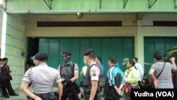 Polisi bersenjata lengkap menjaga ketat lokasi penggeledahan ulang ruko yang dihuni terduga teroris NS di Ngruki Sukoharjo (Foto: VOA/Yudha)