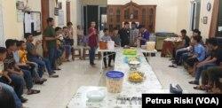 Suasana makan malam bersama di asrama Panti Asuhan Benih Kasih Surabaya, 27 April 2020. (Foto: Perus Riski/VOA)