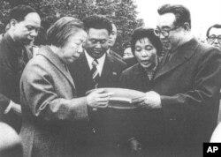 김일성 북한 주석이 1979년 방북한 저우언라이(周恩來.1976년 사망) 중국 총리 부인 덩잉차오(鄧潁超.1992년 사망) 여사와 함흥시 흥남비료공장에 건립된 저우언라이 총리의 동상과 기념비 제막 행사에 참석한 모습.