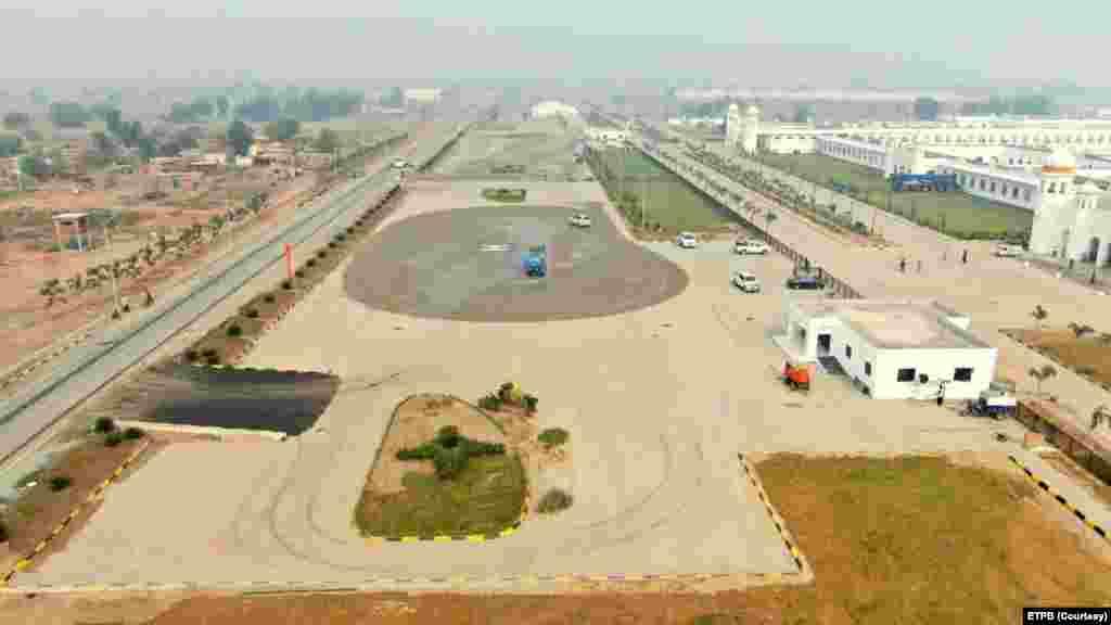 بھارت کے ضلع گورداسپور اور پاکستان کے شہر نارووال کے قریب واقع اس راہداری کی تعمیر کے لیے سڑکیں اور دریا پر پل بھی تعمیر کیا گیا ہے