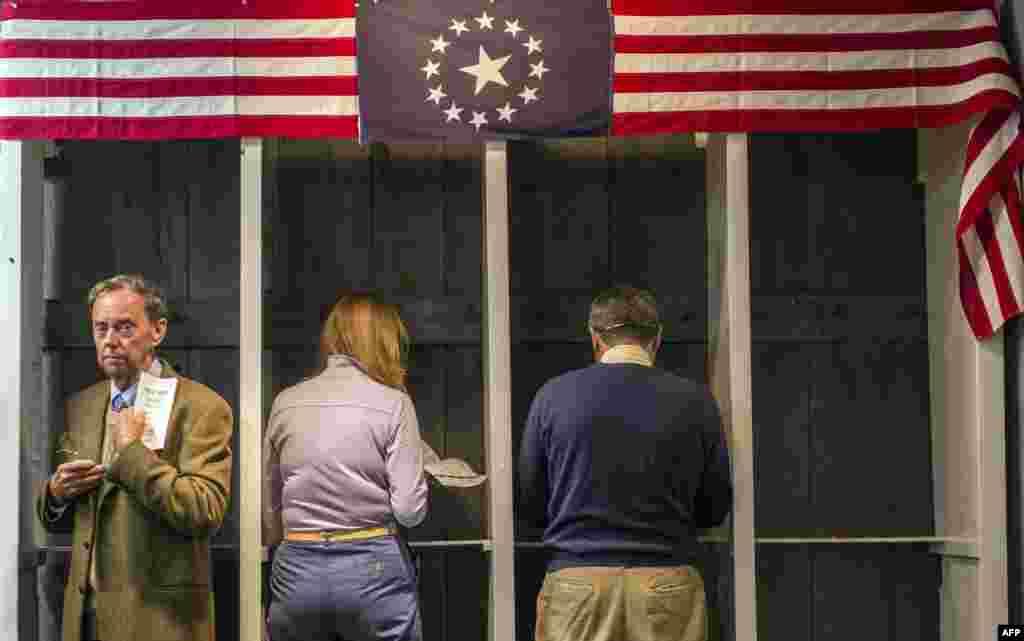 Người dân chuẩn bị bỏ phiếu bên trong một điểm bầu cử ngay sau nửa đêm bắt đầu ngày 6 tháng 11, 2012 ở Dixville Notch, bang New Hampshire. Đây là lượt bỏ phiếu sớm nhất diễn ra trong cuộc bầu cử Tổng thống Mỹ 2012.