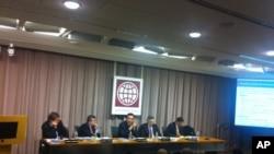 林毅夫(中)在世界银行周二举行的研讨会上
