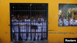 Membres de gangs criminels au pénitencier de Chalatenango au Salvador, le 27 décembre 2019. (Reuters)