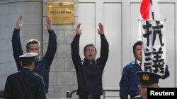 지난 2월 도쿄 주재 러시아 대사관 앞에서 일본 우익단체 회원들이 쿠릴 열도 영유권 시위를 벌이고 있다.