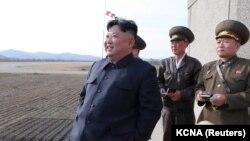 Ким Чен Ын, в центре (архивное фото)