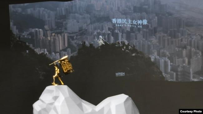 """第一版的""""民主女神像""""由制作团队带上香港精神标杆狮子山。图中艺术品寓意登顶一刻。(主办方提供图片)"""