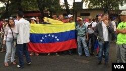 Venezolanos esperan para cruzar frontera con Colombia este 23 de febrero y poder recibir la ayuda humanitaria.