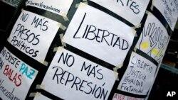 En esta foto de archivo se ven carteles hechos a mano que fueron colocados en las paredes de la oficina de la ONU en Caracas, Venezuela, el 25 de marzo de 2014.