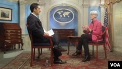 25일 VOA 페르시아어 방송이 웬디 셔먼 미 국무부 차관을 단독 인터뷰하고 있다.