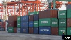 Các container tại cảng Tokyo. Xuất khẩu của Nhật Bản tăng 5,4% so với tháng trước vì các công ty đã sửa chữa hệ thống cung ứng và khôi phục sản xuất