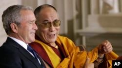 小布什总统与达赖喇嘛在国会圆顶大厅举行的国会金质奖颁奖典礼期间交谈。(2007年10月17日)