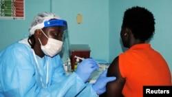 ARSIP – Seorang petugas kesehatan menginjeksi seorang wanita dengan vaksin Ebola selama masa percobaan di Monrovia, Liberia (foto: REUTERS/James Giahyue)