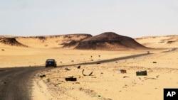 Une voiture roule le long de la route entre Sebha et Ubari, dans le sud-ouest de la Libye, le 24 décembre 2013.