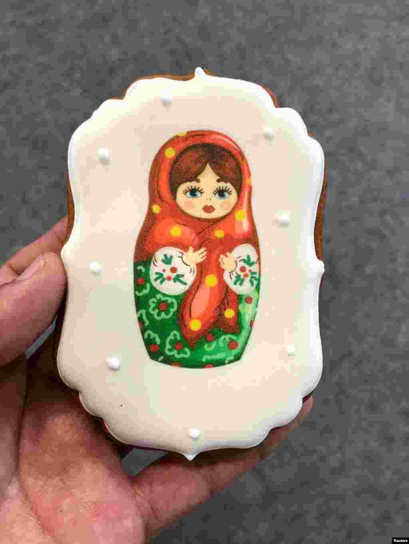 فروش شیرینی با طرح عروسک سنتی کشور روسیه در ورزشگاه فیشت شهر سوچی یکی از ورزشگاههای میزبان جام جهانی روسیه