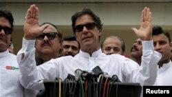 ທ່ານ ອິມຣານ ຄານ (Imran Khan) ນັກການເມືອງ ທີ່ເປັນອະດີດນັກກິລາຄຣິກເກັດ ທີ່ມີຊື່ສຽງ ແລະປະທານ ຂອງພັກເທຣິກ-ອີ-ອິນຊາບ (Tehreek-e-Insaf) ຂອງປາກິສຖານຫຼື PTI ກ່າວຕໍ່ ພວກນັກສື່ຂ່າວ ພາຍຫລັງ ທີ່ໄດ້ປ່ອນບັດເລືອກຕັ້ງທົ່ວໄປແລ້ວ ຢູ່ນະຄອນຫລວງ ອິສລາມາບັດ ຂອງປາກິສຖານ ໃນວັນທີ 25 ກໍລະກົດ, 2018