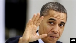 Tổng thống Barack Obama vẫy tay trong lúc tiến vào đọc bài diễn văn về kinh tế tại nhà máy sản xuất động cơ máy bay Rolls Royce ở Prince George, ngày 9 tháng 3, 2012