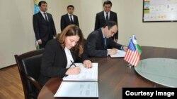 AQSh Maxfiy xizmati doimiy vakili Deniz Feydner va Bosh prokuratura rasmiysi Akmalxo'ja Mavlonov 15-mart kuni Toshkentda ishonch memorandumiga qo'l qo'ydi