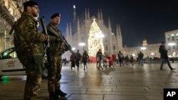 Soldados italianos vigilan cerca de la catedral gótica de Milán, en Italia.