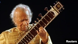 Indian sitar player Ravi Shankar performs in the eastern Indian city of Kolkata, February 7, 2009.