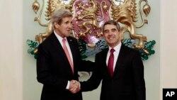 Menlu AS John Kerry (kiri) bersama Presiden Bulgaria, Rossen Plevneliev di Sofia, Kamis (15/1).