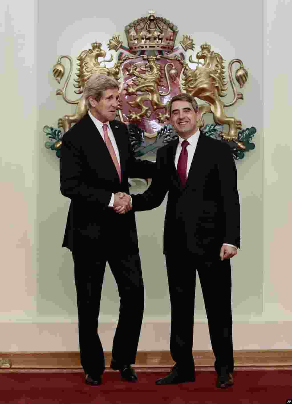 وزير امورخارجه ايالات متحده آمريکا، جان کری،با رئيس جمهوری بلغارستان، روسن پلونليو، در کاخ رياست جمهوری بلغارستان در صوفيه در برابر عکاسان ايستادند -- پنجشنبه ۲۵ ديماه ۱۳۹۳ (۱۵ ژانويه ۲۰۱۵)