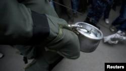 Nhồi đầy một nồi áp suất với chất nổ, mảnh kim loại nhỏ và một bộ phận kích nổ có thể chế thành một quả bom tự tạo. REUTERS/Navesh Chitrakar