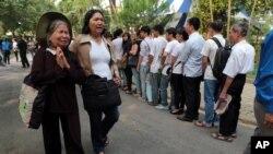 Hai phụ nữ bật khóc sau khi đến viếng Tướng Võ Nguyên Giáp tại Hà Nội, ngày 6/10/2013.