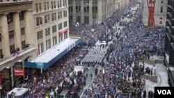 Los Gigantes de Nueva York desfilan sobre Broadway en el centro financiero de la ciudad.