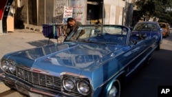 یک ماشین شورلت آبی ۱۹۶۴ در شهر بغداد.