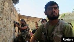 Припадници на опозициската Слободна сириска армија на позиции во близина на Алепо