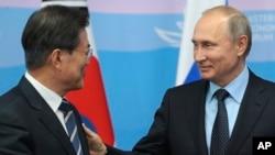 俄罗斯总统普京在俄罗斯伏拉迪沃斯托克(海参崴)举行的2017东部经济论坛上与韩国总统文在寅交谈。(2017年9月6日)