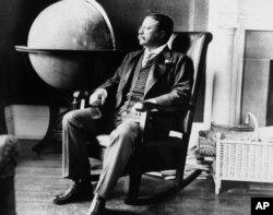 Theodore Roosevelt, 8 Aralık 1908 tarihine ait bu fotoğrafta Beyaz Saray'daki ofisinde görüntülenmiş.
