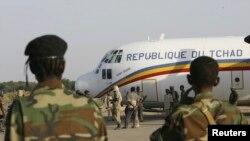 Les soldats tchadiens gardent un avion militaire à l'aéroport tchadien, le 2 novembre 2007.