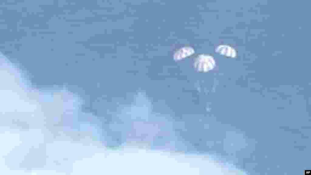 Sur cette image fixe de la NASA-TV, le vaisseau spatial Orion descend avant d'amerrir sur l'océan Pacifique vendredi 5 décembre 2014.