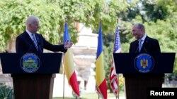 Phó Tổng thống Mỹ Joe Biden và Tổng thống Romania Traian Basescu trong cuộc họp báo chung tại Bucharest, ngày 21/5/2014.