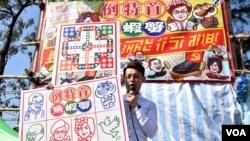 香港民主黨年宵攤位售賣諷刺時弊賀年產品。(美國之音湯惠芸攝)