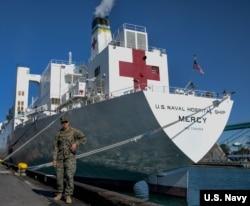 """美国海军医疗船""""仁慈号""""在洛杉矶的世界游轮码头。(美国海军3月27日资料照)"""