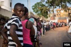 A line of voters snakes out of a polling station onto the street in Freetown, Sierra Leone's capital, March 7, 2018. (Photo: Jason Patinkin / VOA)