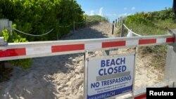 7月4日獨立日前,佛羅里達州邁阿密南灘掛出關閉的公告牌。