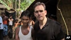 Aktor Amerika Matt Dillon (kanan) bersama Noor Alam, seorang penyintas Rohingya (17 tahun) di desa Thetkabyin, utara Sittwe, Rakhine barat, Myanmar (29/5).