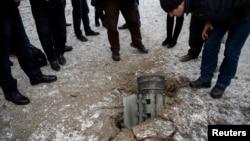 Dân chúng nhìn vỏ rocket nằm trên đường trong thị trấn Kramatorsk, miền đông Ukraine, 10/2/15