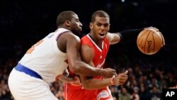 Chris Paul dari Los Angeles Clippers (kanan) dihadang Raymond Felton dari New York Knicks pada pertandingan Minggu (10/2) di New York. (AP/Frank Franklin II)