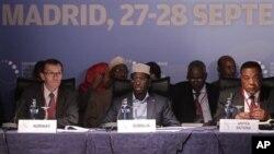 Le président somalien Sheikh Sharif Sheikh Ahmed (au centre), le secrétaire d'Etat au ministère de la Défense Espen Barth Eide (à gauche) et l'émissaire onusien en Somalie Augustine P. Mahiga (à droite)